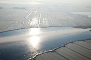 Nederland, Noord-Holland, Waterland, 10-01-2009; schaatsers op de bevroren Holysloter Die met de polder De Belmermeer, gezien naar Zuiderwoude, klassiek Hollands Winterlandschap; skaters on frozen lake - polder landscape immediately north of Amsterdam  - during skating tour, classical winter landscape; Holysloot, Holiesloot, Zuiderwou; schaats, schaatsen, ijs, ijspret, pret, ijsbaan, natuurijs, schaatsen rijden, winter, koud, vriezen, min nul, beneden nul, onder nul, gevoelstemperatuur, windchill, koud, celsius, skating, ice skating, ice, fun, skating rink, natural, skate, snow, cold, freezing, minus zero, below zero, cold, winterlandschap, winter landscape, tocht, toertocht, koek en zopie . .luchtfoto (toeslag); aerial photo (additional fee required); .foto Siebe Swart / photo Siebe Swart