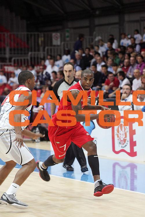 DESCRIZIONE : Piacenza Campionato Lega Basket A2 2011-12 Morpho Basket Piacenza Trenkwalder Reggio Emilia<br /> GIOCATORE : Taylor Donell <br /> SQUADRA : Trenkwalder Reggio Emilia<br /> EVENTO : Campionato Lega Basket A2 2011-2012<br /> GARA : Morpho Basket Piacenza Trenkwalder Reggio Emilia<br /> DATA : 09/10/2011<br /> CATEGORIA : Palleggio<br /> SPORT : Pallacanestro <br /> AUTORE : Agenzia Ciamillo-Castoria/FotoStudio13<br /> Galleria : Lega Basket A2 2011-2012 <br /> Fotonotizia : Piacenza Campionato Lega Basket A2 2011-12  Morpho Basket Piacenza Trenkwalder Reggio Emilia<br /> Predefinita :