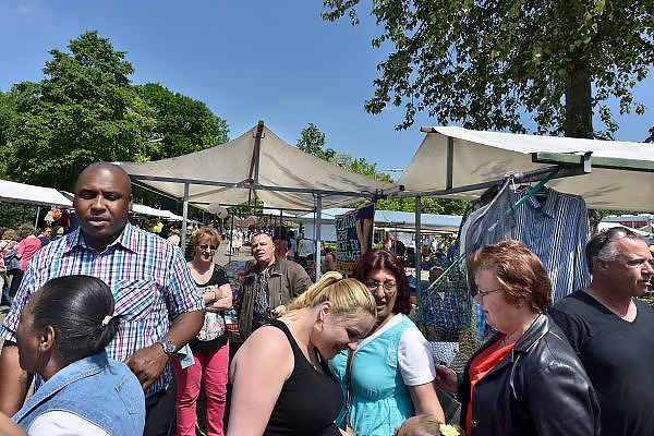Nederland, Nijmegen, 18-5-2014Publiek op de braderie in de wijk Meijhorst, onderdeel van de Dukenburg. Hier wonen veel allochtonen, nederlanders van buitenlandse afkomst.Foto: Flip Franssen/Hollandse Hoogte