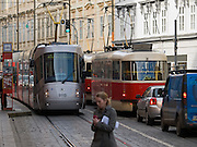 "Skoda Straßenbahn im Design der Porsche Group (rechts) und eine klassiche Prager Strassenbahn auf der Strecke vom Kleinseitner Ring (Malostranske Namesti) zum Ujezd . <br /> <br /> Skoda tramway designed by the Porsche Group and a classic Prague tram on a street connecting ""Malostranske Namesti"" and the station ""Ujezd""."