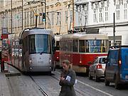 """Skoda Straßenbahn im Design der Porsche Group (rechts) und eine klassiche Prager Strassenbahn auf der Strecke vom Kleinseitner Ring (Malostranske Namesti) zum Ujezd . <br /> <br /> Skoda tramway designed by the Porsche Group and a classic Prague tram on a street connecting """"Malostranske Namesti"""" and the station """"Ujezd""""."""