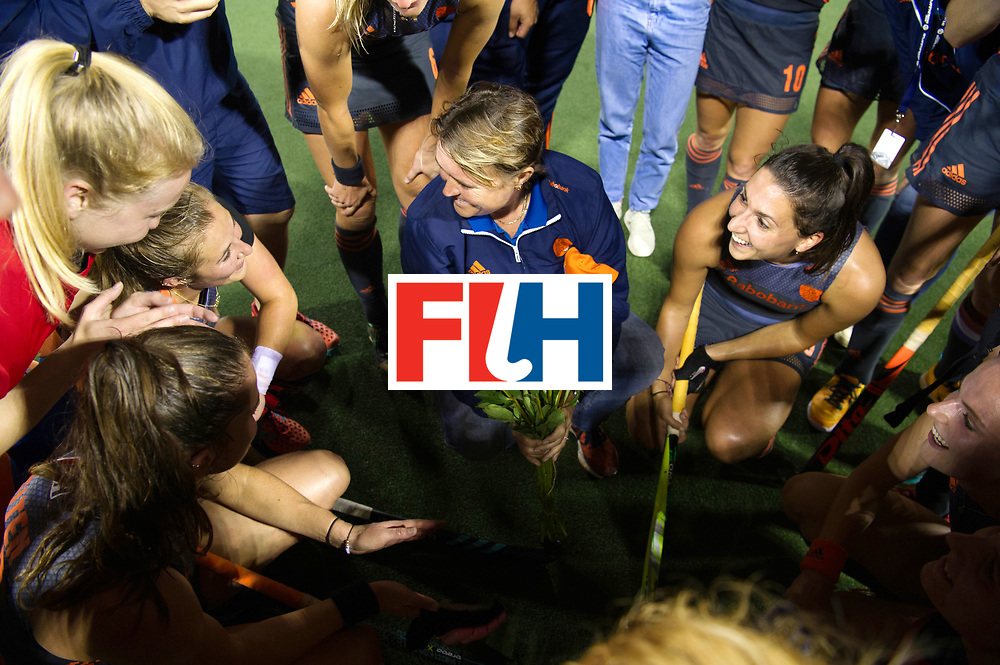 AUCKLAND - Sentinel Hockey World League final women<br /> Match id: 10305<br /> 16 NED v CHina (QF)<br /> Foto: 100 match for Xan de Waard , Alyson ANNAN Head Coach give her flowers.<br /> WORLDSPORTPICS COPYRIGHT FRANK UIJLENBROEK