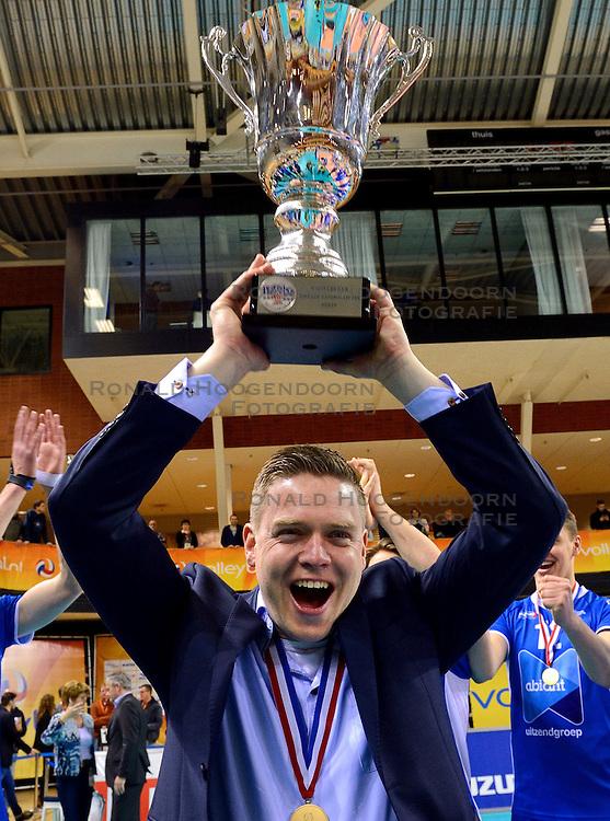 21-02-2016 NED: Bekerfinale Abiant Lycurgus - Landstede Volleybal, Almere<br /> Lycurgus viert een feestje als zij de Nationale beker winnen door Landstede Volleybal met 3-1 te verslaan / Een blije coach Coach Arjan Taaij