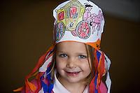 Nederland. Den Haag, 16 september 2008.<br /> Prinsjesdag.<br /> meisje op het binnenhof met zelfgemaakte hoed.<br /> Foto Martijn Beekman<br /> NIET VOOR PUBLIKATIE IN LANDELIJKE DAGBLADEN.