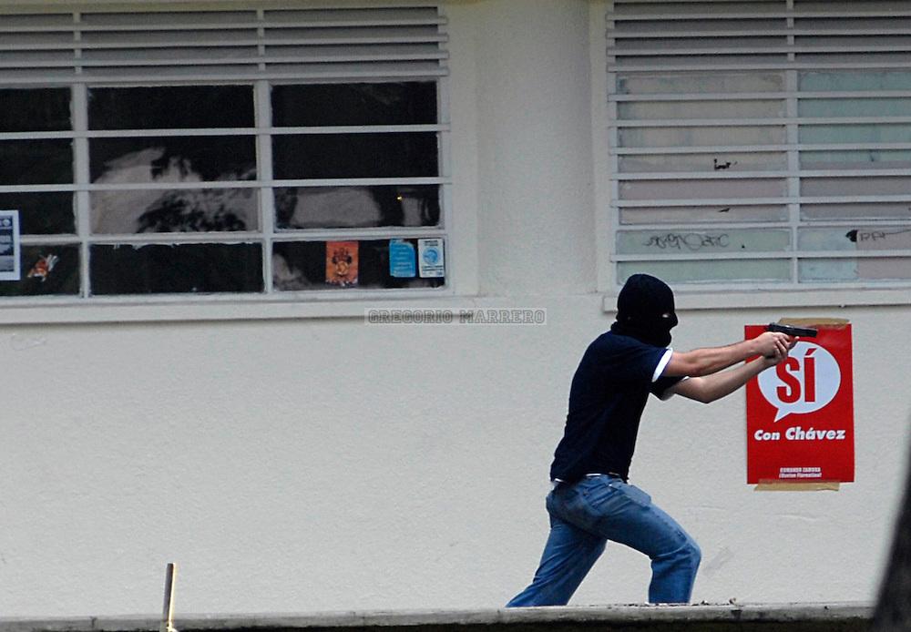 Un hombre armado hace disparos durante un enfrentamiento entre estudiantes que simpatizan con la reforma constitucional y los que la adversan.  Hubo tres heridos de bala y otros por golpes con objetos contundentes. 07 Nov, 2007 (Gregorio Marrero/Orinoquiaphoto).