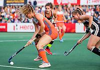 AMSTELVEEN - Laura Nunnink (Ned) met Kira Horn (Ger)   tijdens de halve finale  Nederland-Duitsland van de Pro League hockeywedstrijd dames. COPYRIGHT KOEN SUYK