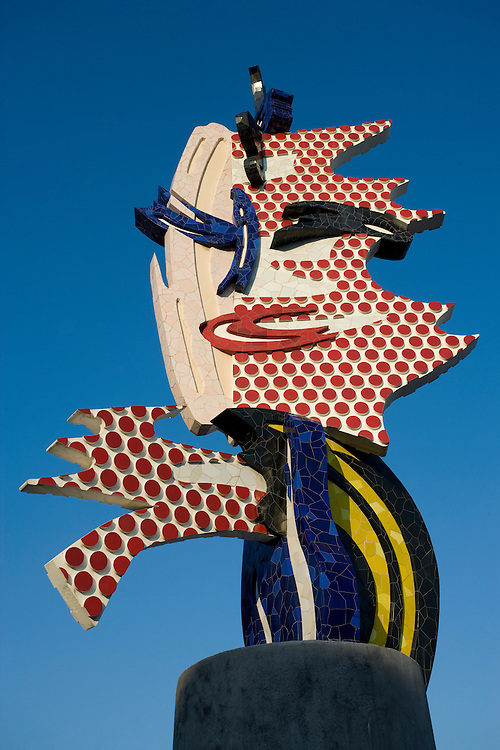 &quot;Cap de Barcelona&quot; o &quot;Cabeza de Barcelona&quot; del artista norteamericano de pop-art Roy Lichtenstein de 1985. La escultura que mide 15 metros, est&aacute; situada en el Paseo Col&oacute;n, cerca del edificio de Correos y Tel&eacute;grafos desde 1992.<br /> <br /> &quot;Barcelona Head&quot; (1985) by pop-art artis Roy Lichtenstein. It is located in Paseo Col&oacute;n since 1992.(Barcelona)
