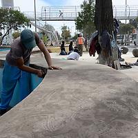 Metepec, México.- El artesano Saúl Camacho, creador de la escultura de la Tlanchana encabezo la instalación de su escultura en el Jardín Líneal de Metepec, quien fue acompañado por familiares y amigos.  Agencia MVT / Crisanta Espinosa