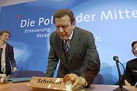 13 MAY 2002, BERLIN/GERMANY:<br /> Gerhard Schroeder, SPD, Bundeskanzler, ueberprueft sein Namenschild, vor Beginn der SPD Parteikonferenz, Willi-Brandt-Haus<br /> IMAGE: 20020513-03-002<br /> KEYWORDS: Gerhard Schröder, Schriftzug, Die Politik der Mitte