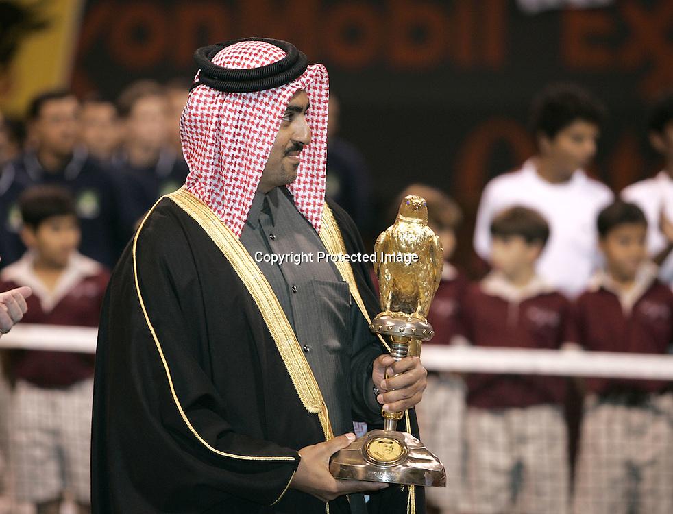 Qatar, Doha, ATP Tennis Turnier Qatar Open 2005,  QTF Praesident Scheich Mohamed Bin Faleh Al-Thani mit Pokal,<br /> Siegerehrung, 08.01.2005,<br /> Foto: Juergen Hasenkopf
