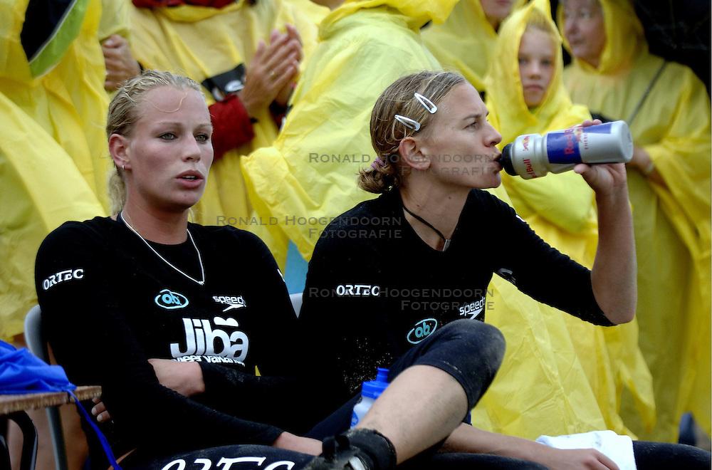 20-08-2006 VOLLEYBAL: NK BEACHVOLLEYBAL: SCHEVENINGEN<br /> Sanne Keizer en Marrit Leenstra<br /> ©2006-WWW.FOTOHOOGENDOORN.NL
