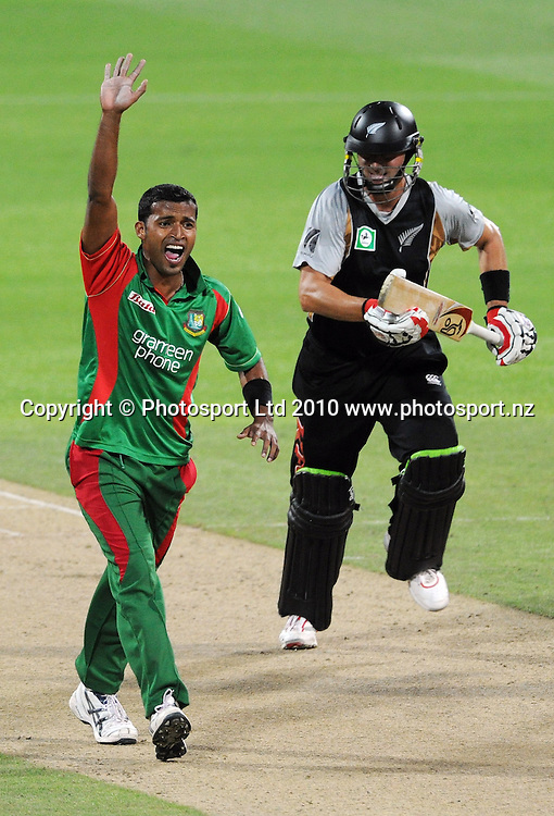 Nazmul Hossain appeals unsuccessfully for a LBW decision. as Peter Ingram takes a run.<br />