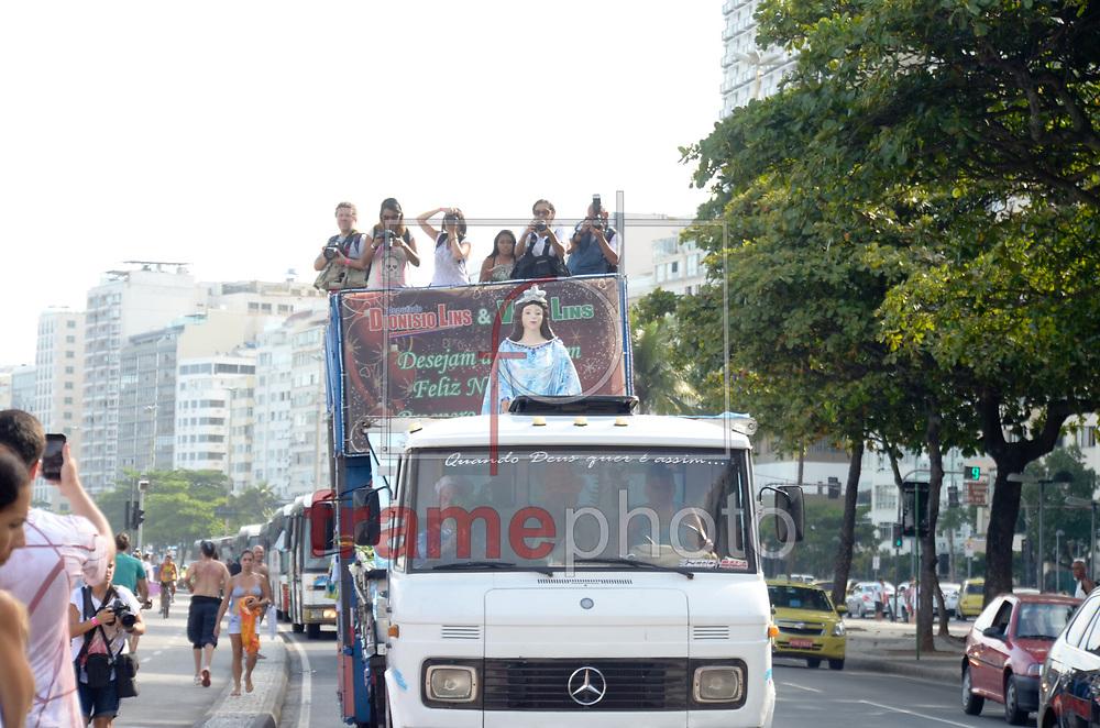 Rio de Janeiro (RJ), 29/12/2014 - Devotos prestam homenagem a Iemanja em uma das maiores manifestações religiosas no período do final do ano, na praia de Copacabana, zona sul da cidade, após carreata vinda do bairro de Madureira, nesta segunda-feira (29/12). Foto: ADRIANO ISHIBASHI/FRAME