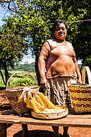 Membros de tribo guarani na Reserva Indígena Xapecó e exemplos de seu artesanato. Entre Rios, Santa Catarina, Brasil. / <br /> Members of Guarani ethnic group in Xapeco Indian Reserve and some examples of their handicraft work. Entre Rios, Santa Catarina, Brazil.