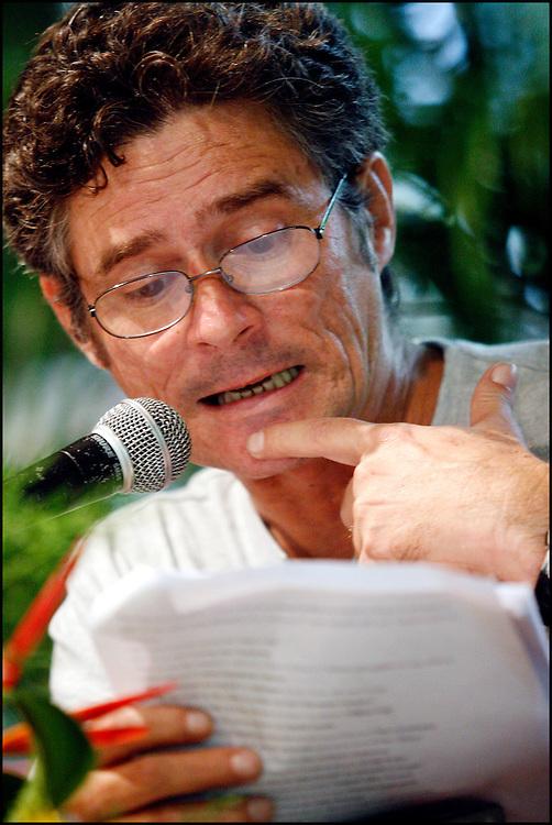 RAUL AGUIAR / NARRADOR Y ESCRITOR CUBANO <br /> Caracas - Venezuela 2008 <br /> (Copyright © Aaron Sosa) <br /> <br /> Autor de obras como La hora fantasma de cada cual en el año 1989 y Mata del 1994. Es miembro de la UNEAC y la Asociación Hermanos Saíz. Nació en el año 1962, en la Ciudad de La Habana, Cuba. Licenciado en Geografía por la Universidad de La Habana. Ha publicado La hora fantasma de cada cual (novela), Premio David 1989; Mata (noveleta), Premio Pinos Nuevos 1994; Daleth (cuento), Premio Luis Rogelio Nogueras 1993; Realidad virtual y cultura ciberpunk (Divulgación científica), Premio Abril 1994, y la novela La estrella bocarriba, Editorial Letras Cubanas. También ha publicado cuentos en numerosas antologías de Cuba y el extranjero como Los últimos serán los primeros, Recurso extremo, Contactos, Fábula de Ángeles, El ánfora del diablo, Anuario de la UNEAC 1994, El cuerpo inmortal (cuentos eróticos cubanos), Toda esa gente solitaria (cuentos cubanos sobre el SIDA), Aire de Luz y otras, así como en las revistas Muchacha, La Gaceta de Cuba, Letras Cubanas, Juventud Técnica, Exégesis (Puerto Rico), Camión de ruta (Perú) y otras. Es miembro de la UNEAC y de la Asociación Hermanos Saíz. Lo que se destaca por encima de todo en la obra de Aguiar en su excelente estructura, la capacidad de descripción de situaciones y ambientes y la conformación psicológica de sus personajes. El autor en una lengua llena de claves mitopoéticas, establece una congruencia muy especial con la cultura ciberpunk. Su estilo es duro, de gran realismo, en ocasiones joyceano. Se trata de un mundo potenciado, hecho desde la perspectiva de dimensiones caracterizadas por su dualismo: el mito y lo cotidiano, lo virtual y lo real.