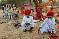 Inde, Rajasthan, village de Meda dans les environs de Jodhpur, population Rabari, priere au Mata Mandir (temple de la mere) // India, Rajasthan, Meda village around Jodhpur, Rabari ethnic group, prayer at Mata Mandir (Mother temple)
