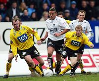 Fotball, 21. april 2002. Tippeligaen, Sogndal v  Start. Fosshaugane. Håvard Flo, Sogndal. Til venstre en blødende Preben Gundesen, Start. (blod, kutt).