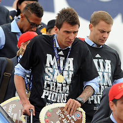 26.05.2013, Flughafen, Muenchen, GER, UEFA Champions League, Ankunft FC Bayern Muenchen, im Bild 26.05.2013, Flughafen, Muenchen, GER, UEFA Champions League, Ankunft FC Bayern Muenchen, im Bild Die Mannschaft des FC Bayern Muenchen bei der Ankunft am Flughafen Muenchen. Im Bild Mario MANDZUKIC (FC Bayern Muenchen) // during arrival of FC Bayern Munich // after the UEFA Champions League final match at the Airport Munich, Germany on 2013/05/26. EXPA Pictures © 2013, PhotoCredit: EXPA/ Eibner/ Wolfgang Stuetzle..***** ATTENTION - OUT OF GER *****