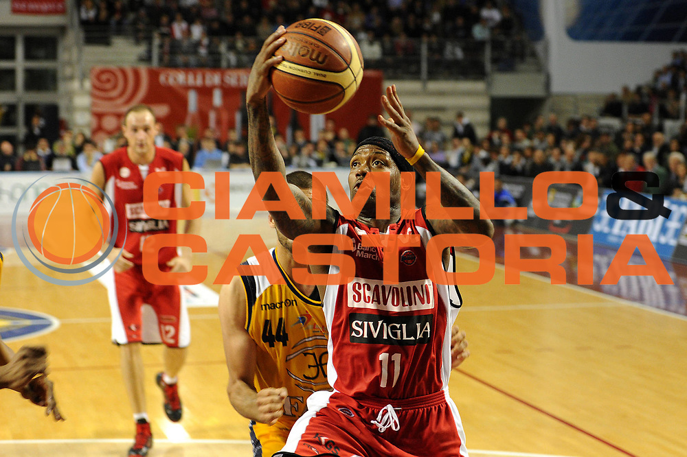 DESCRIZIONE : Ancona Lega A 2010-11 Fabi Shoes Montegranaro Scavolini Siviglia Pesaro <br /> GIOCATORE : Andre Collins<br /> SQUADRA : Scavolini Siviglia Pesaro<br /> EVENTO : Campionato Lega A 2010-2011<br /> GARA : Fabi Shoes Montegranaro Scavolini Siviglia Pesaro<br /> DATA : 16/04/2011<br /> CATEGORIA : tiro penetrazione<br /> SPORT : Pallacanestro<br /> AUTORE : Agenzia Ciamillo-Castoria/C.De Massis<br /> Galleria : Lega Basket A 2010-2011<br /> Fotonotizia : Ancona Lega A 2010-11 Fabi Shoes Montegranaro Scavolini Siviglia Pesaro<br /> Predefinita :