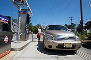 UNITED STATES-CAPE COD-Pumping gas. PHOTO:GERRIT DE HEUS.VERENIGDE STATEN-CAPE COD-Een dame tankt benzine. PHOTO GERRIT DE HEUS