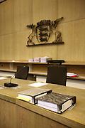 Mannheim. 01.03.17 | BILD- ID 114 |<br /> Unter hohe Sicherheitsvorkehrungen beginnt heute morgen am Landgericht der Prozess gegen einen 57-j&auml;hrigem Mann aus der T&uuml;rkei. Die Staatsanwaltschaft wirft ihm versuchten Mord vor. Er soll im Juni vergangenen Jahres in der Fahrlachstra&szlig;e f&uuml;nf Sch&uuml;sse auf einen Landsmann abgegeben haben. Die Hinterr&uuml;nde der Tat sind bisher weithin ungekl&auml;rt. Es k&ouml;nnten aber politische Interessen eine Rolle spielen. Der Mann auf den geschossen worden war, tritt bei dem Prozess als Nebenkl&auml;ger auf. Er soll ein Anh&auml;ner des t&uuml;rkischen Ministerpr&auml;sidenten Recep Tayyip Erdoğan sein. Der Angeklagte, so beschreibt es sein Verteidiger Stefan Alleier, geh&ouml;re keiner politischen Gruppierung an, er sei aber am Tattag nach Deutschland gereist, um einen Streit zwischen zerstrittenen Parteien zu schlichten. Geschossen habe sein Mandant erst dann, als er von seinem Gegen&uuml;ber angegriffen worden sei.<br /> Nach der Verlesung der Anklage durch die Staatsanwaltschaft, m&ouml;chte sich der Angeklagte mit einer ausf&uuml;hrlichen Erkl&auml;rung zum Tathergang &auml;u&szlig;ern. Der Beginn des Prozesses ist um 9 Uhr geplant.<br /> Bild: Markus Prosswitz 01MAR17 / masterpress (Bild ist honorarpflichtig - No Model Release!)