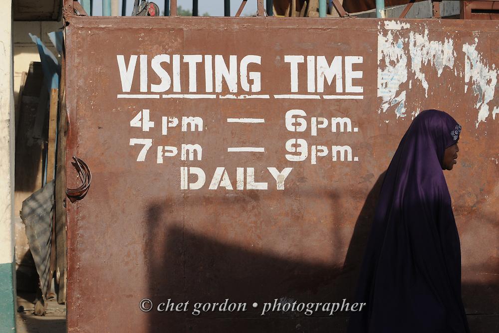 KANO, NIGERIA.  Nigerian woman on the grounds of the Murtala Muhammad Specialist Hospital in Kano, Nigeria on Wednesday, December 5, 2012.