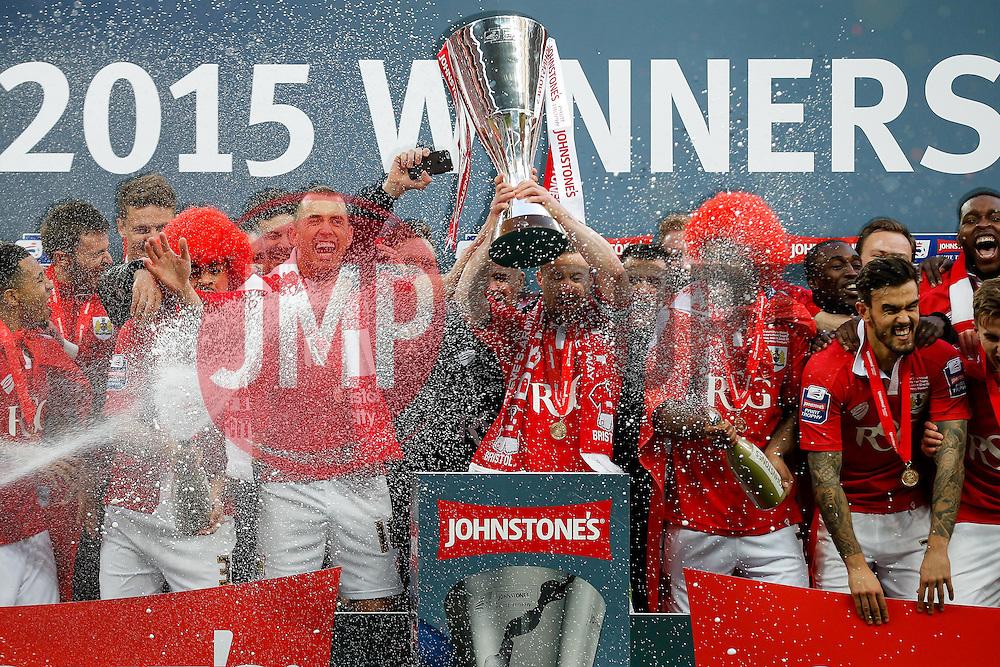 Bristol City players lift the Football League Trophy after thay win the match 2-0 - Photo mandatory by-line: Rogan Thomson/JMP - 07966 386802 - 22/03/2015 - SPORT - FOOTBALL - London, England - Wembley Stadium - Bristol City v Walsall - Johnstone's Paint Trophy Final.