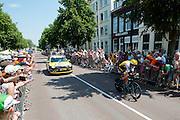 Robert Geesink van de Lotto Jumbo ploeg wordt toegejuichd. In Utrecht is deTour de France van start gegaan met een tijdrit. De stad was al vroeg vol met toeschouwers. Het is voor het eerst dat de Tour in Utrecht start.<br /> <br /> In Utrecht the Tour de France has started with a time trial. Early in the morning the city was crowded with spectators. It is the first time the Tour starts in Utrecht.