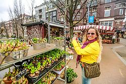 O Mercado de Flores Flutuante fica no Singel, um canal em Amsterdam. A característica única do mercado é que todos os produtos ficam à mostra em barcaças flutuantes. Esse costume vem da época em que as flores e plantas vendidas no mercado eram transportadas por barcaças.  FOTO: Jefferson Bernardes/Agência Preview