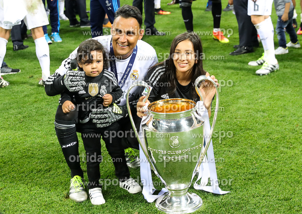 Keylor Navas of Real Madrid and his kids celebrate with the Trophy after winning during football match between Real Madrid (ESP) and Atlético de Madrid (ESP) in Final of UEFA Champions League 2016, on May 28, 2016 in San Siro Stadium, Milan, Italy. Photo by Vid Ponikvar / Sportida