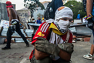 Caracas, Marzo 02. Altamira. Manifestaciones en contra de las políticas de gobierno del presidente Maduro y de la brutal represión de la que han sido víctimas cientos de civiles en manos de los órganos de seguridad del Estado venezolano en todo el país. Durante más de dos semanas, los estudiantes han liderado las protestas callejeras, a las cuales se les han sumado otros sectores de la sociedad civil que exigen seguridad, mejoras en el área económica y una solución urgente al problema de la escasez en Venezuela. La ola de violencia política en Venezuela lleva hasta la fecha 17 muertes y miles de lesionados en todo el país. (Fotografías de Ramon Lepage / Orinoquiaphoto)