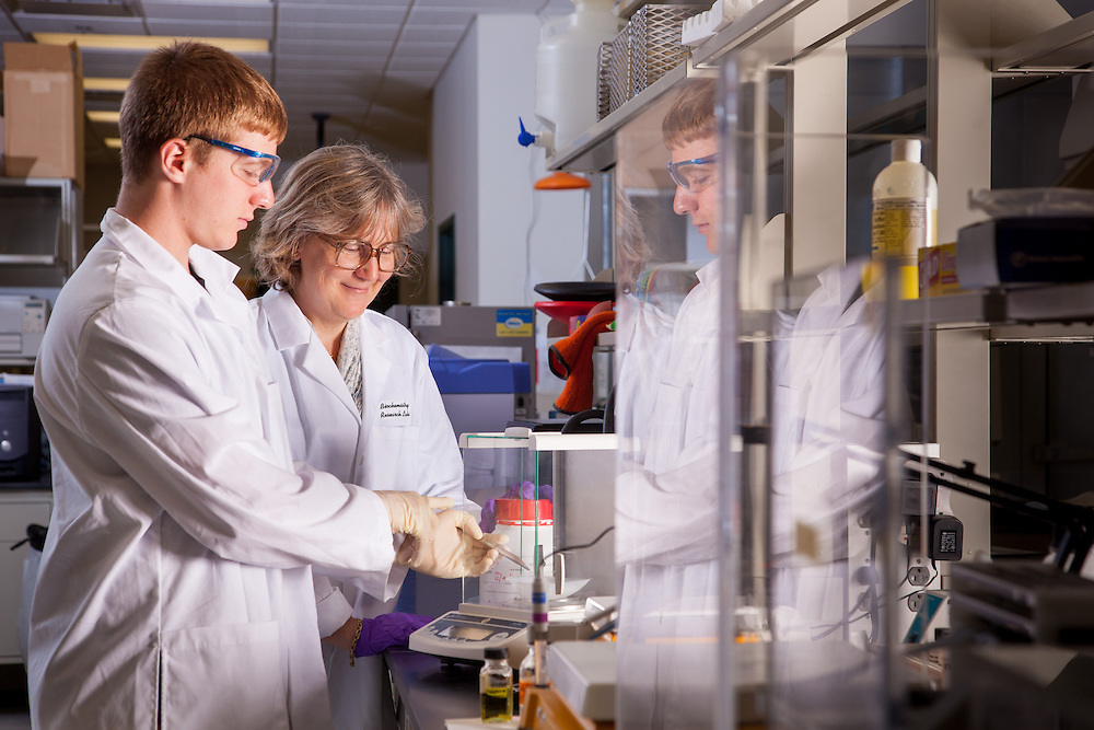 Professor Jennifer V. Hines, right, Biochemistry Research Facility Ohio University. © Ohio University / Photo by Jonathan Adams