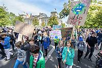 20 SEP 2019, BERLIN/GERMANY:<br /> Schueler und Schuelerinnen, Fridays for Future Demonstration für Massnahmen zur  Begrenzung des Klimawandels, vor dem Reichstagsgebaeude, Scheidemannstrasse <br /> IMAGE: 20190920-01-082<br /> KEYWORDS: Demo, Demonstrant, Protest, Protester, Demonstration, Klima, climate, change, Maedchen, Mädchen, Frauen, Schueler, Schuelerinnen, Schüler, Schülerinnen