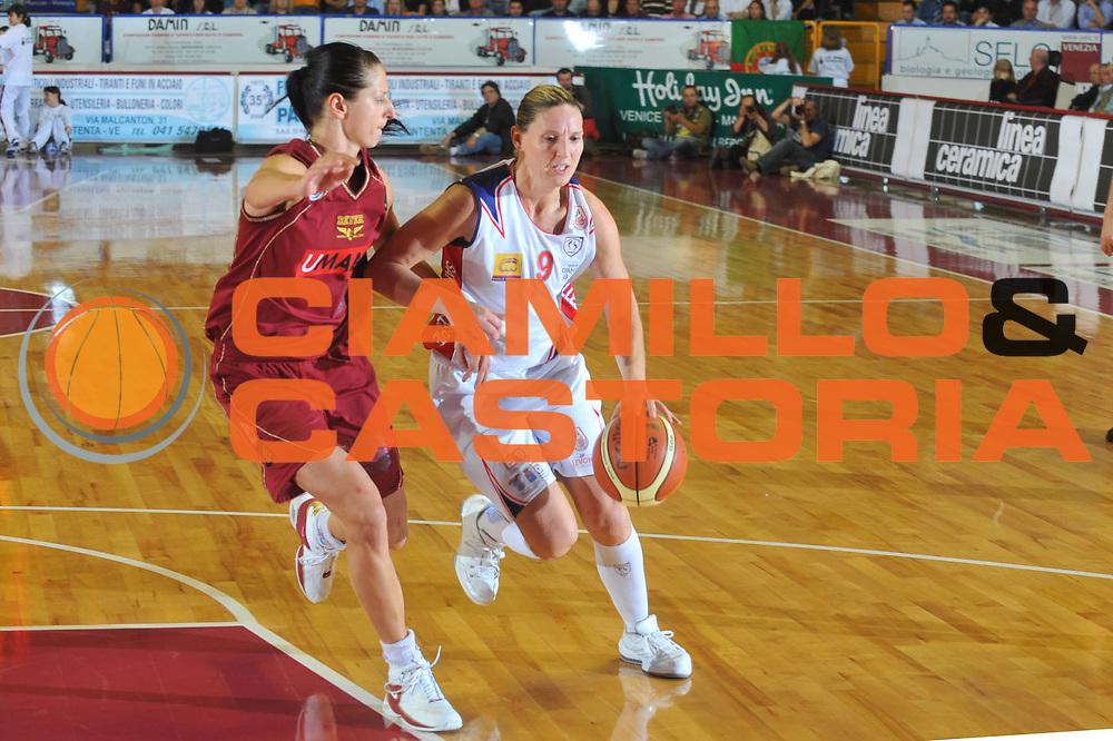 DESCRIZIONE : Venezia Lega A1 Femminile 2008-09 Play Off Finale Gara 1 Umana Reyer Venezia Cras Basket Taranto<br /> GIOCATORE : Audrey Sauret<br /> SQUADRA : Cras Basket Taranto<br /> EVENTO : Campionato Lega A1 Femminile 2008-2009<br /> GARA : Umana Reyer Venezia Cras Basket Taranto<br /> DATA : 02/05/2009<br /> CATEGORIA : Palleggio<br /> SPORT : Pallacanestro<br /> AUTORE : Agenzia Ciamillo-Castoria/M.Gregolin