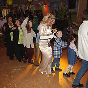 Kinder carnaval Gooikikkers Huizen, polonaise met koninging