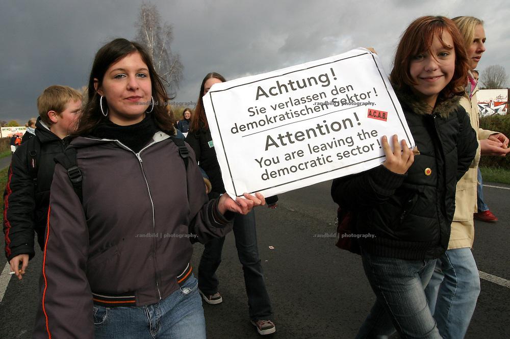 """Eine junge Schülerin hält ein Transparent mit der Aufschrift: """"Sicher ist nur das Risiko"""". In der Lüchow-Dannenberger Kreisstadt Lüchow demonstrierten heute (05.11.2004) 500 Schülerinnen und Schüler gegen den angekündigten Castortransport ins Zwischenlager Gorleben. Unter dem Motto """"Stop killing our future"""" (Stoppt das Zerstören unserer Zukunft) zogen die jungen Demonstranten von der Innenstadt zur Lüchower Polizeikaserne, wo Einsatzkräfte der Polizei untergebracht sind...Protests against the 8. transport of castor containers to gorleben, germany. The rural region is legendary for it´s populations non-violent movement againts nuclear power since the mid 1970s."""