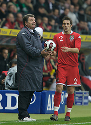 FRANKFURT, GERMANY - Wednesday, November 21, 2007: Wales' manager John Toshack and Sam Ricketts during the final UEFA Euro 2008 Qualifying Group D match against Germany at the Commerzbank Arena. (Pic by David Rawcliffe/Propaganda)