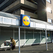 Nederland Utrecht 31 januari 2009 20090131 Foto: David Rozing ..Serie vogelaarwijk Kanaleneiland .Allochtone vrouw doet boodschappen bij de Lidl.Daily life Islamic woman bying groceries, cheap grocery shop.islam, islamic, project, suburb, suburbian, problem. Neighboorhood, neighboorhoods, district, city, problems, multicultural, immigrant, immigrants, cultural diversity, daily life..Foto: David Rozing