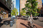 Fietsers in de Zuidas, het financi&euml;le centrum in Amsterdam.<br /> <br /> Cyclists at the Zuidas, the financial district in Amsterdam.