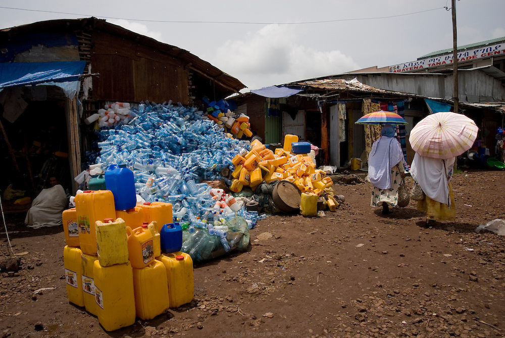 Au bord du Lac Tana, la ville de Bahar Dar est la capitale de la région Amhara et compte 200 000 habitants. C'était autrefois un village de chasseurs, puis un centre d'échanges très important pour les caravaniers. Le marché hebdomadaire de Bahar Dar voit affluer tous les fermiers de la région et regorge de céréales, légumes, bestiaux, tissus, miel etc. Comme dans tout le pays, bidons et bouteilles en plastiques vides sont recyclés et revendus pour le transport d'eau et d'essence. Éthiopie août 2011.