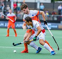 Den Bosch  - Thomas Briels (Belgie) met Lars Balk (Ned)    tijdens   de Pro League hockeywedstrijd heren, Nederland-Belgie (4-3).    COPYRIGHT KOEN SUYK
