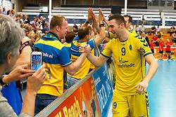 20140928 NED: Supercup, Landstede Volleybal - Kootfin Taurus: Sneek<br /> Tom van den Boogaard (9) of Landstede Volleybal viert de overwinning met de fans<br /> ©2014-FotoHoogendoorn.nl / Pim Waslander