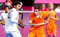 LONDEN - Valentin Verga (r) in duel met VR Raghunath, maandag in de hockey wedstrijd tussen de mannen van Nederland en India tijdens de Olympische Spelen in Londen .ANP KOEN SUYK