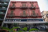 Bari, centro urbano con strade e negozi che riflettono il periodo di crisi