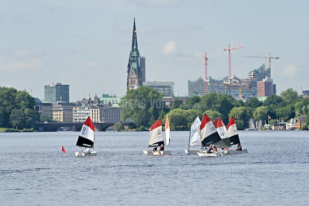 Panoramablick über die Alster mit Segelbooten, Kirchtürmen, Rathausturm und Elbphilharmonie