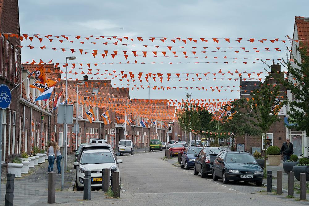 In de Utrechtse wijk Ondiep zijn de straten helemaal versierd met oranje vanwege het EK voetbal.<br /> <br /> The Utrecht district Ondiep is decorated to support the Dutch soccer team at the EC soccer.