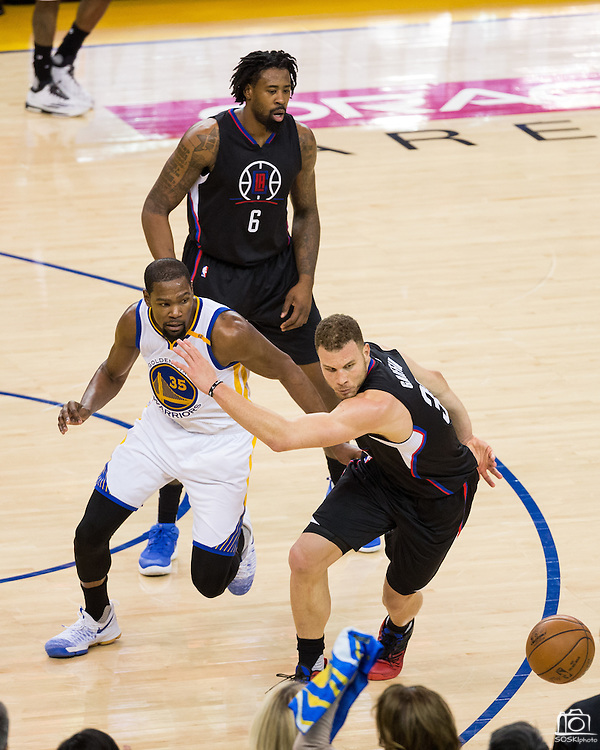 Golden State Warriors forward Kevin Durant (35) and LA Clippers forward Blake Griffin (32) battle for a loose ball at Oracle Arena in Oakland, Calif., on February 23, 2017. (Stan Olszewski/Special to S.F. Examiner)