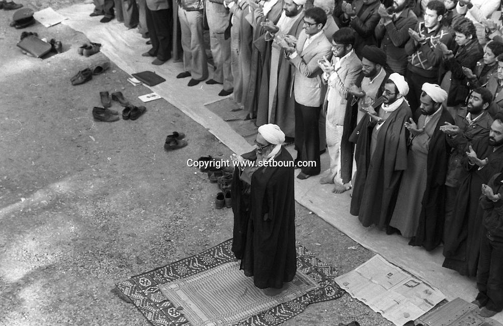 Iran - the ayatollah Montazeri - demonstration in the courtyard of the university of Tehran /// l ayatollah Montazeri - manifestation dans la cour de l universite de teheran