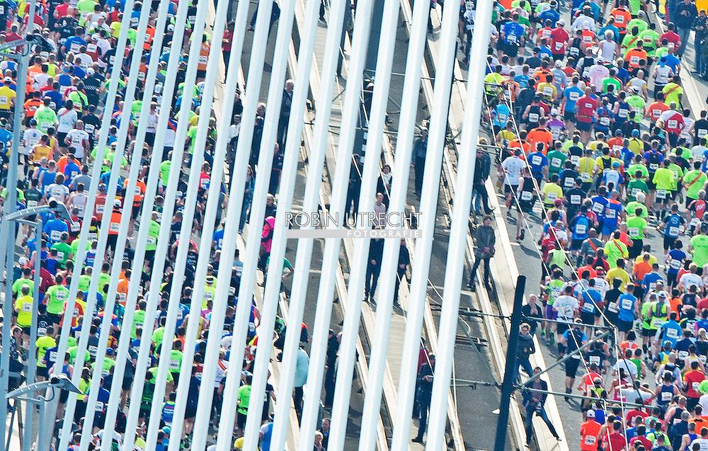 12-4-2015 ROTTERDAM - Marathon van Rotterdam 2015 gaat over de erasmusbrug op de kop van zuid in Rotterdam . hardlopers rennen , sporten , nationale nederlanden  sport  , kpn , Deelnemers aan de Marathon van Rotterdam lopen over de Erasmusbrug.   COPYRIGHT ROBIN UTRECHT