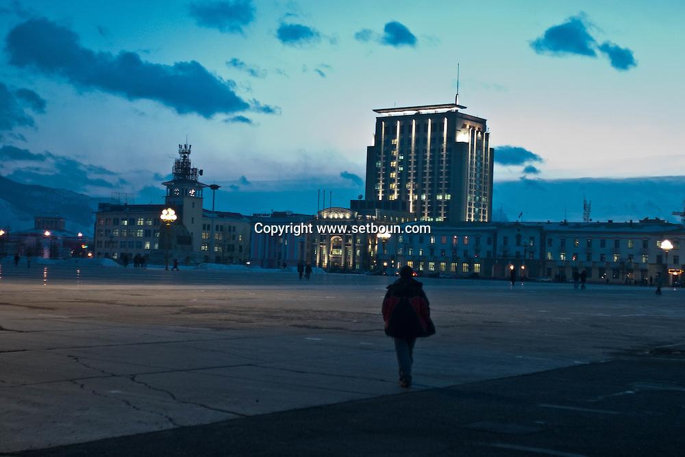 Mongolia. Ulaanbaatar. Sukhe bator square in the city center. street life in winter at night  Ulan Baatar - Mongolia    /   la grande place Sukhe Bator au centre ville scene de rue en hiver sous la neige la nuit  Oulan Bator - Mongolie